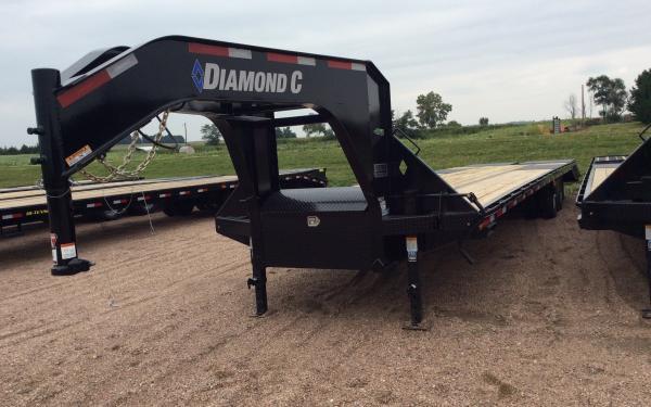 Diamond C FMAX212 32' W/ MAX Ramps